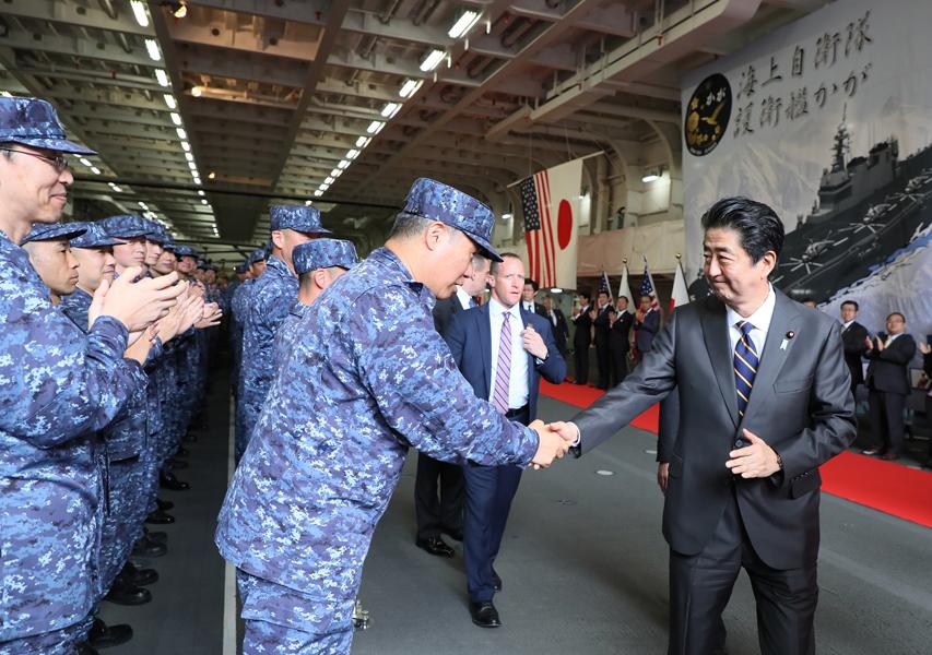 握手を交わす安倍総理