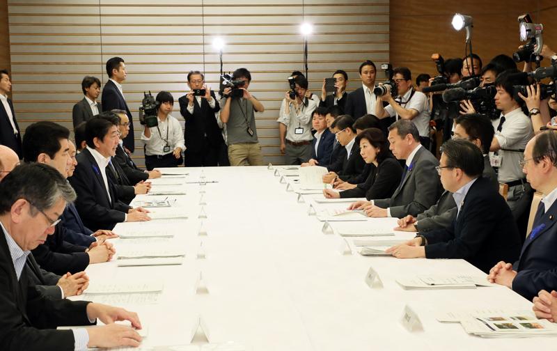 写真:挨拶する安倍総理2