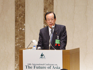 PM Fukuda Exchanges Opinions on TICAD IV with Ms. Mayu Tsuruta-Prime Minister's Week in Review